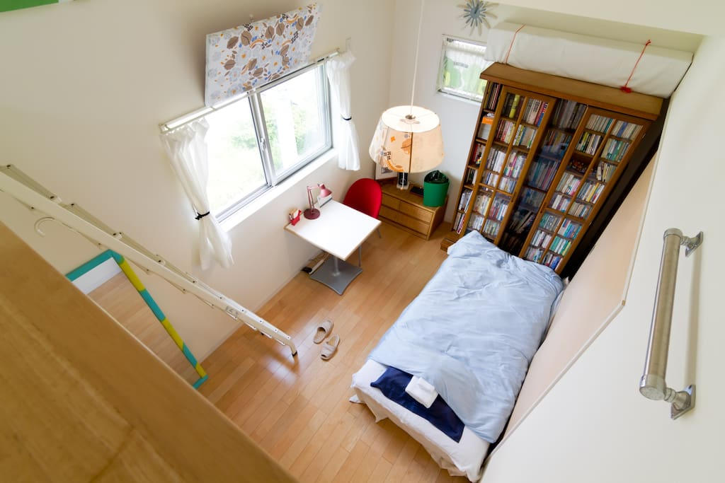 The room has high cellings and natural daylight, WiFi