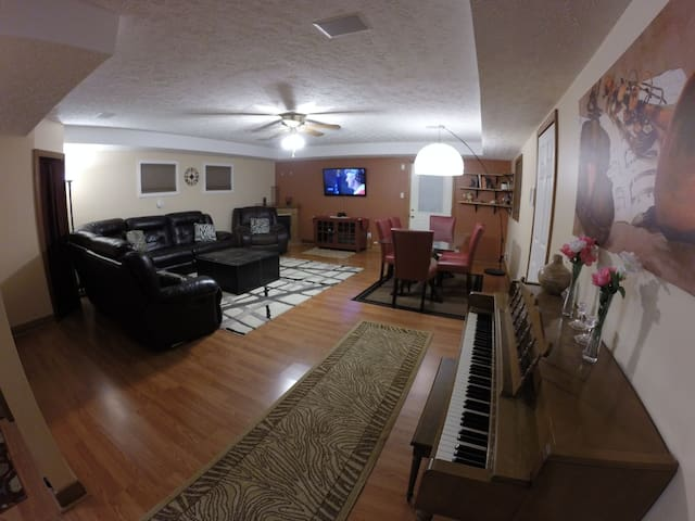 Spacious Private (room + bathroom), 2 min from I64