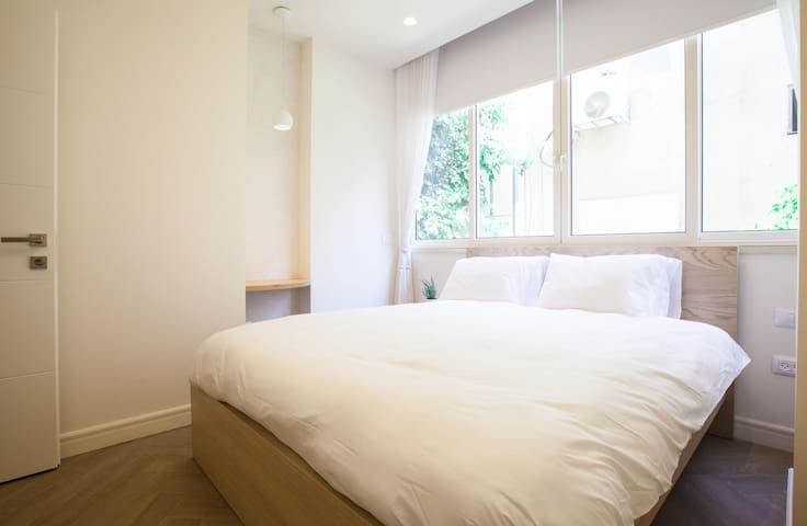 City Center! Perfect 2bdr with balcony -sleeps 4