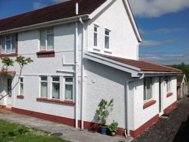 4 bedroom semi-detached house - Ammanford - House