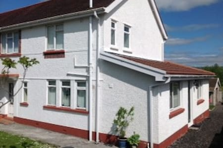 4 bedroom semi-detached house - Ammanford - Casa