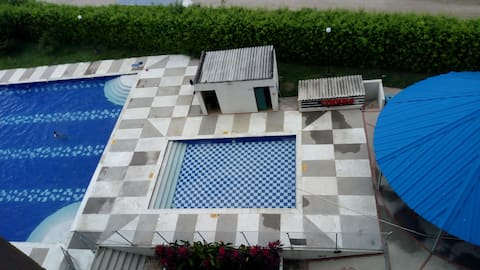 Dormitorio en condominio con piscina