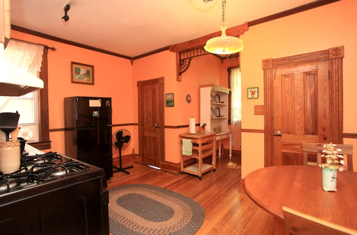 Upstairs, 2 Bedroom Private Apartment, Marshall