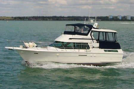 14m motor yacht in Hythe Marina B&B - Hythe