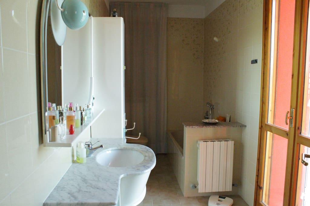 Bagno: dettaglio lavabo.
