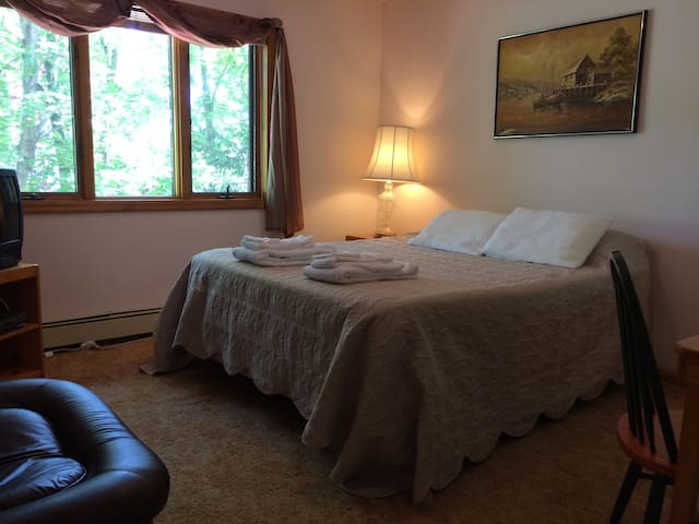 Queen bedroom in a B&B, shared bath - Shelter Island - Bed & Breakfast