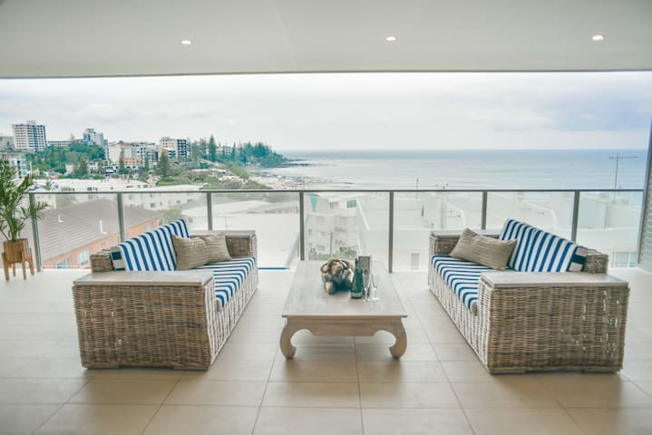 🍸Luxury Kings Beach Penthouse🍸 Large Outdoor Balcony, Ocean Views, 2 Mins to Beach