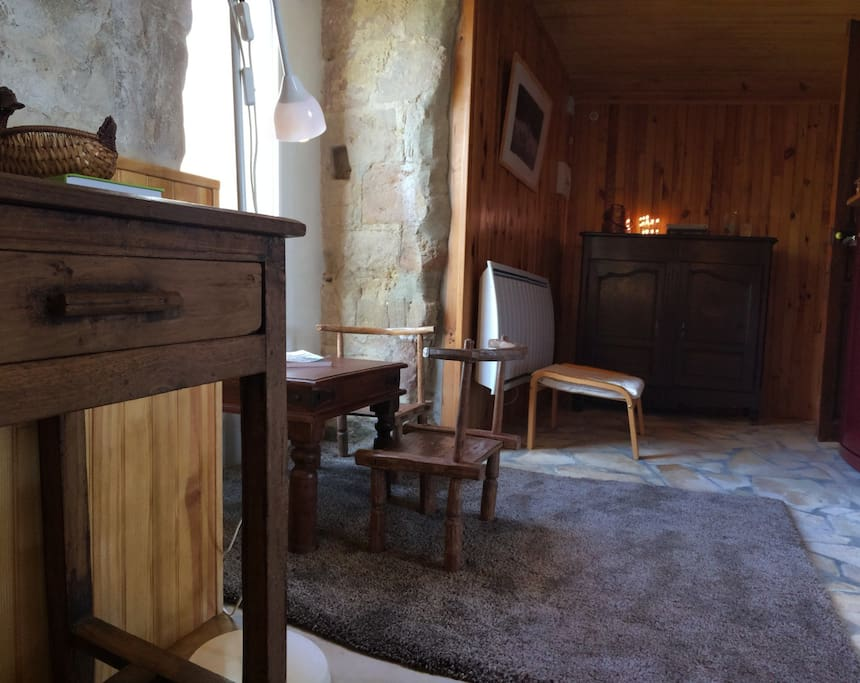 Studio confortable, grandes baies vitrées, ouvrant côté sud sur les Pyrénées , et le reste du hameau. Côté Nord Est sur la piscine.