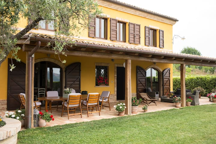 Lolìa farmhouse with olive grove - Osimo - บ้าน