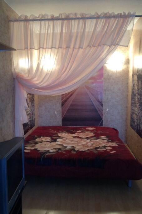 2-спальная кровать 180/220, постельное белье, 4 евро-подушки, 2 полуторных одеяла.