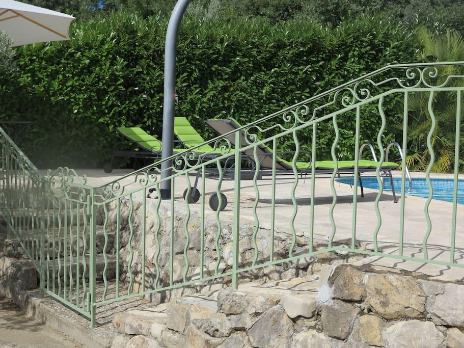 Un barrière avec clé pour accéder à la piscine