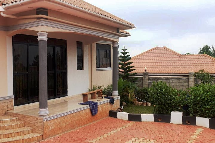 Bungalow with parking space, backyard.*Empty house