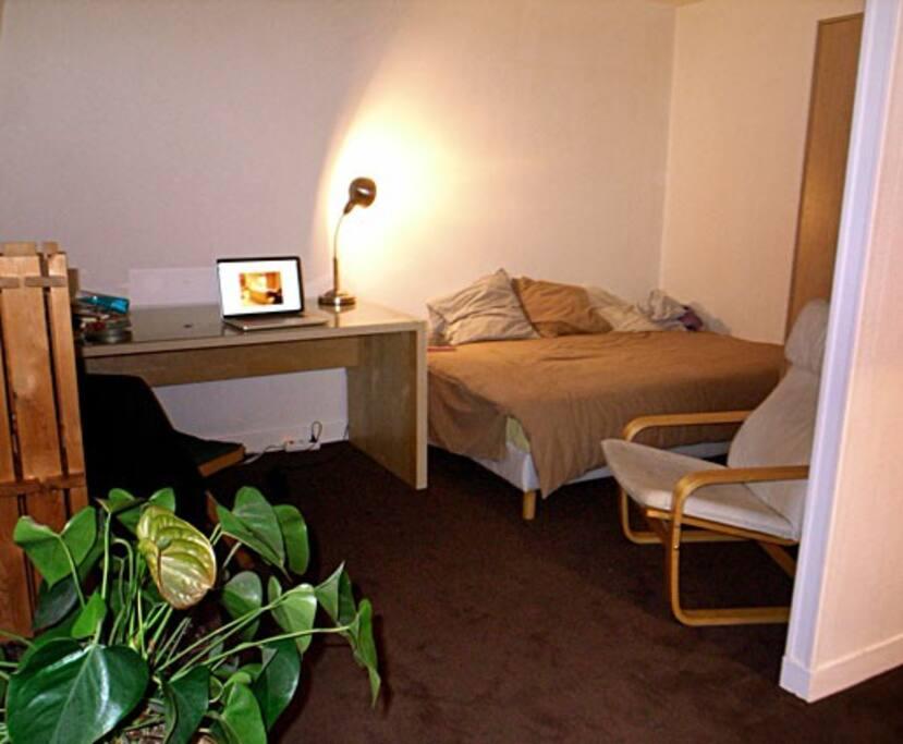 Bureau + fauteuil + lit 2 places. Connexion internet Wifi.
