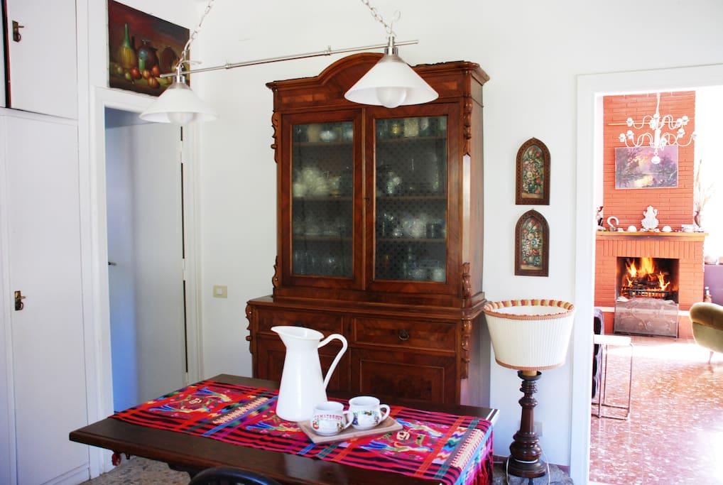 particolare cucina con camino del soggiorno sullo sfondo
