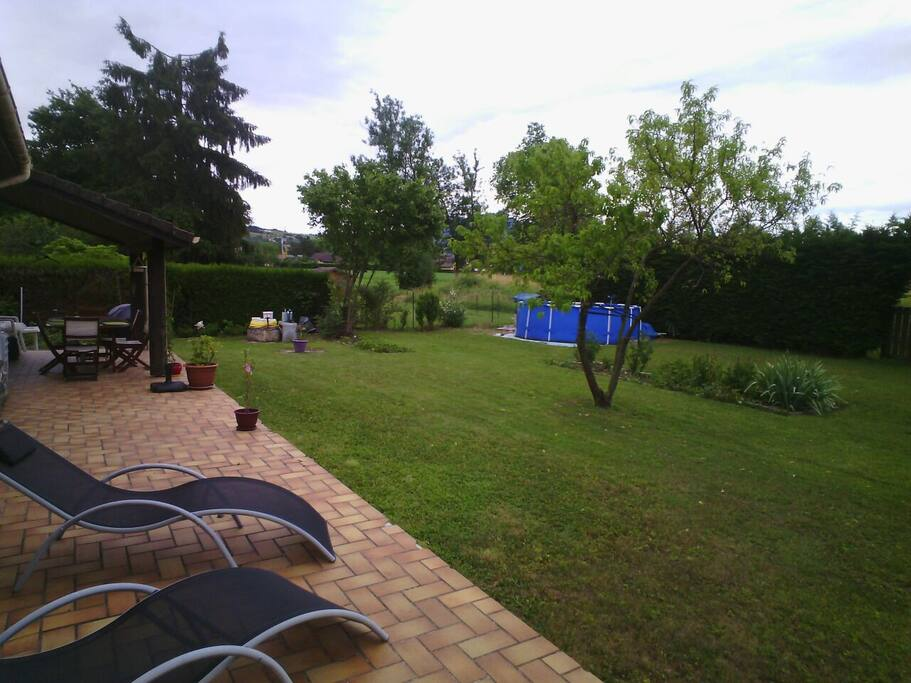 Le jardin avec la piscine
