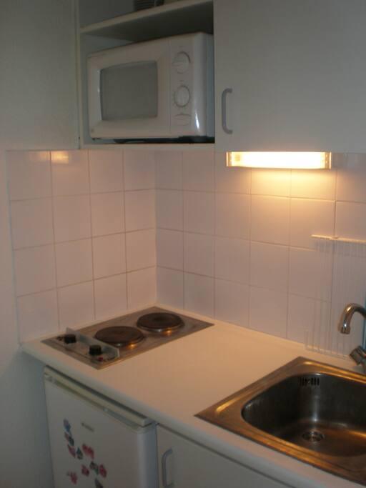 Kitchenette avec 2 plaques électrique, micro-ondes, frigo, ...