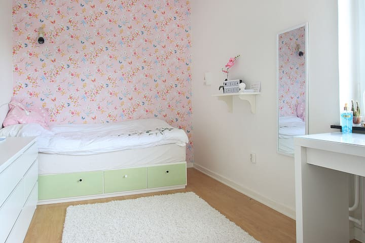 Bedroom with 90 cm bed