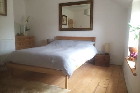 Beautiful double room in miners cottage - Carn Brea - 独立屋