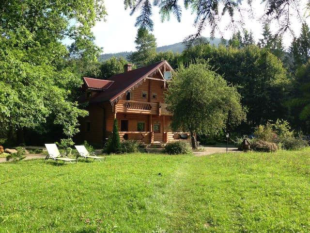 Вилла Ясна -деревянное шале в горах - Татаров - วิลล่า