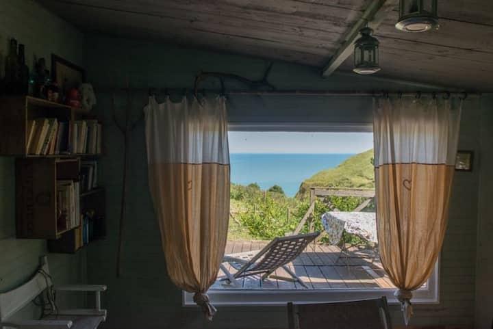 Cabanes écolos bordure de falaise