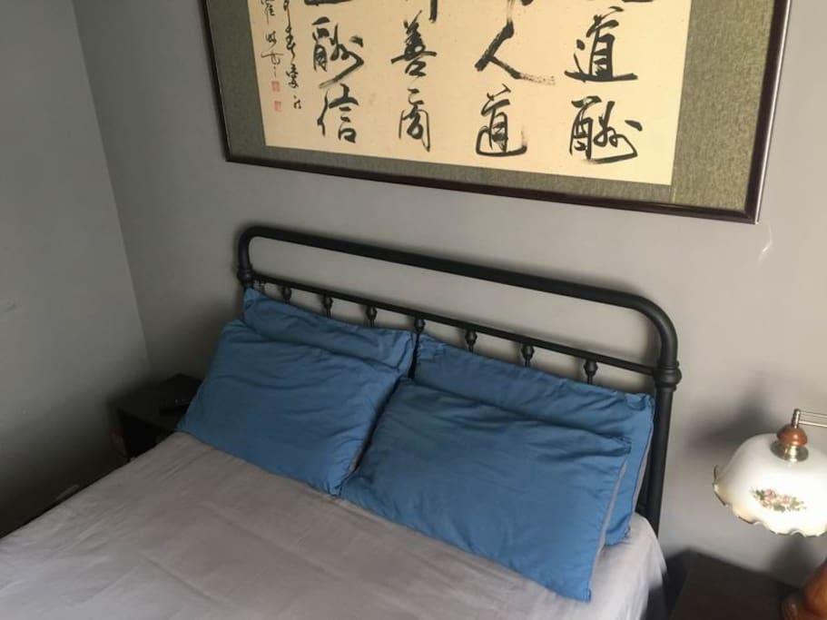 卧室一角,床铺舒适,阳光充足