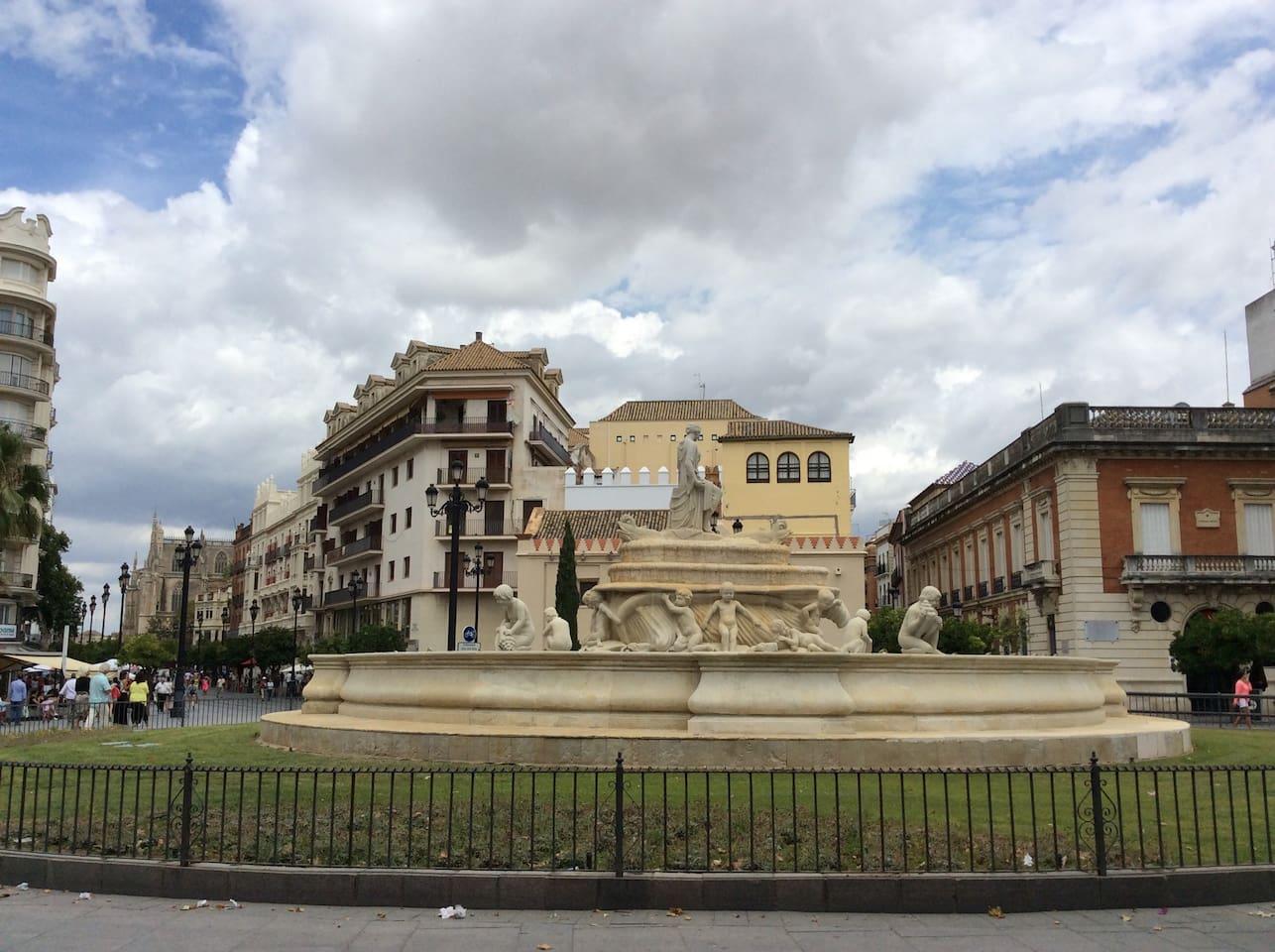 Puerta de Jerez con Catedral al fondo  y calle San Gregorio a la derecha. Aquí nos encontramos.