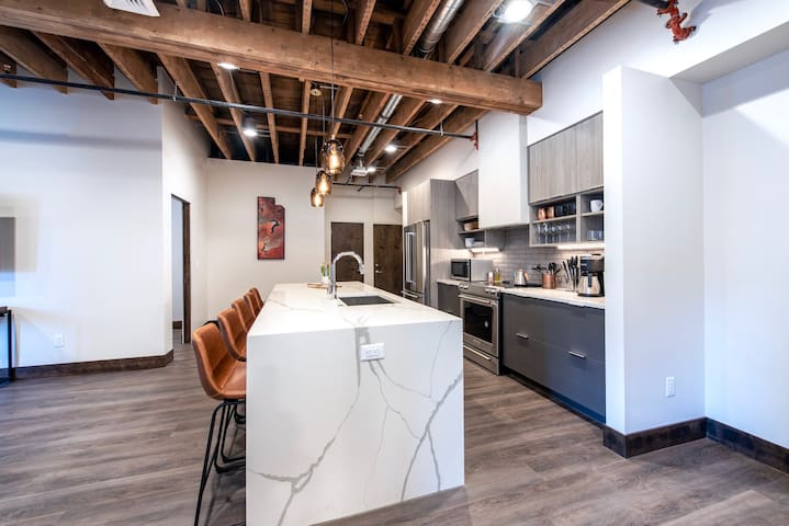 Historic Downtown Loft  w/ King Bed & Wifi