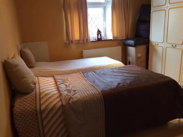 Lovely Bedroom with 2 Single beds - Harrow