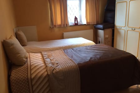 Lovely Bedroom with 2 Single beds - Harrow - Σπίτι