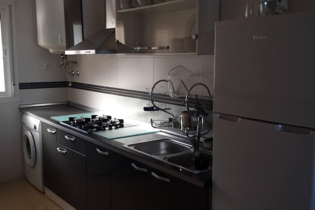 Cocina completa,lavadora, exprimidor,tostador,microondas etc.