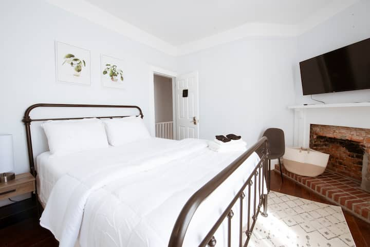 Victory Suite - Trendy 2 Bedroom Suite in Starland