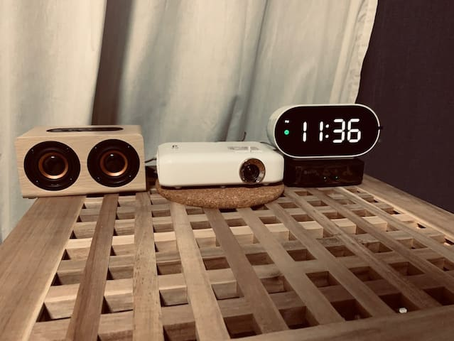 넷플릭스를 볼 수 있는 LG 시네빔과 인테리어 소품들입니다.