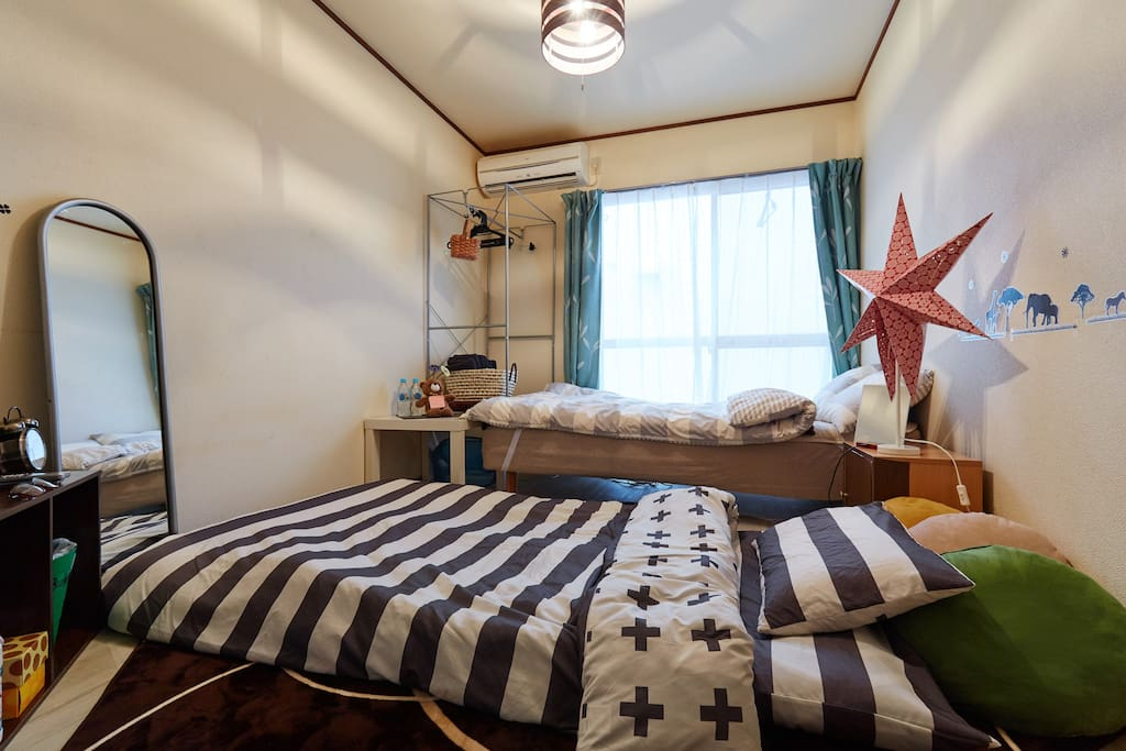 There are semi-double Bet and one set of futon. 1person→semi-double bed  2person→semi-double bed   3person→2people in semi-double bed and 1person futon
