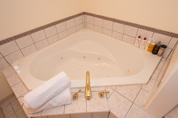 Private Jacuzzi Loft - Walk to downtown!