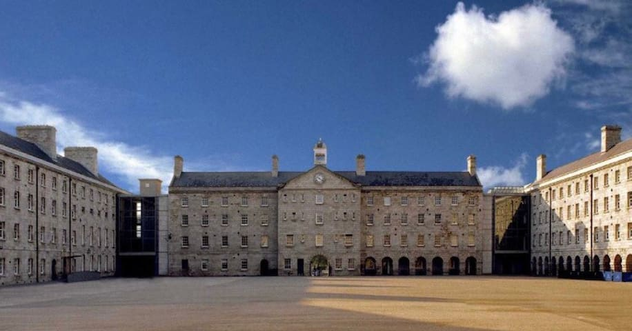 Less than five minutes from the National Gallery of Ireland and Collins Barracks