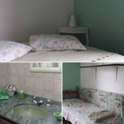 Suíte verde: Cama queen size, cama solteiro e colchão avulso, guarda roupa e banheiro com chuveiro e bidê