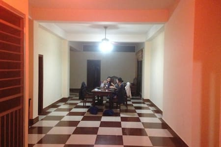 Private room in spacious apartment near markets - Lakás