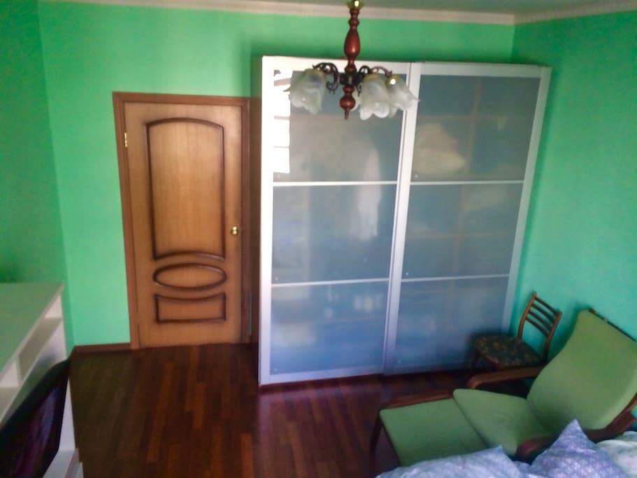 Комната 1(15,1 кв.м.) Есть компьютер,принтер,телевизор,кресло качалка,шкаф-купе,тумбочка,мягкий ковёр,двуспальная кровать,новое пастельное белье.