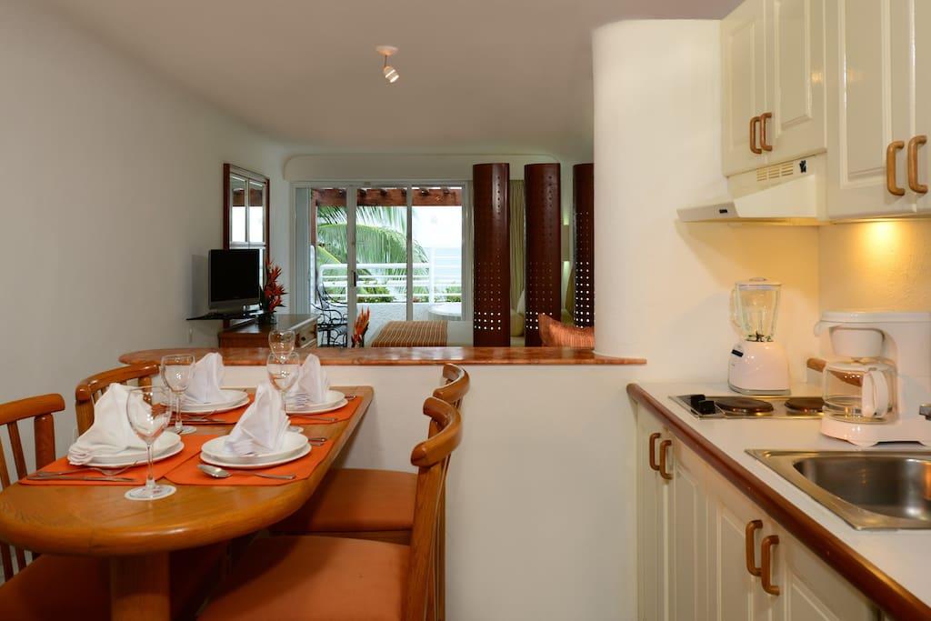 Cocineta, sala y comedor