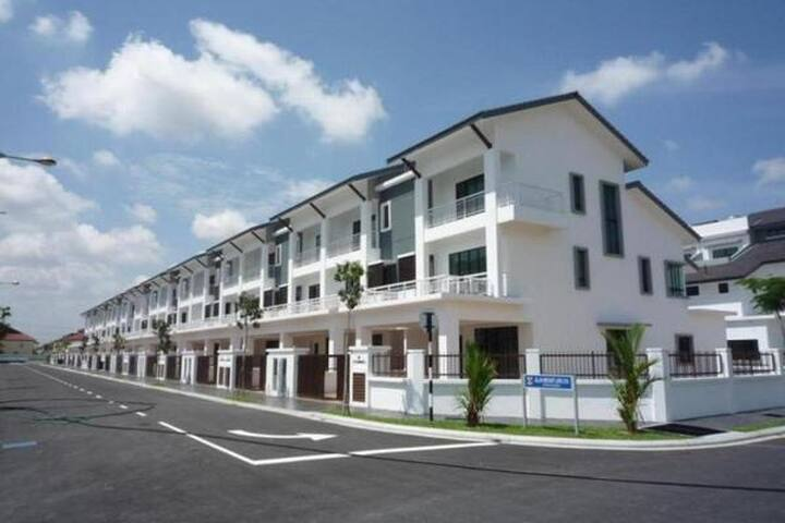 Homestay- 3 Storey Terrace House - Puchong - House