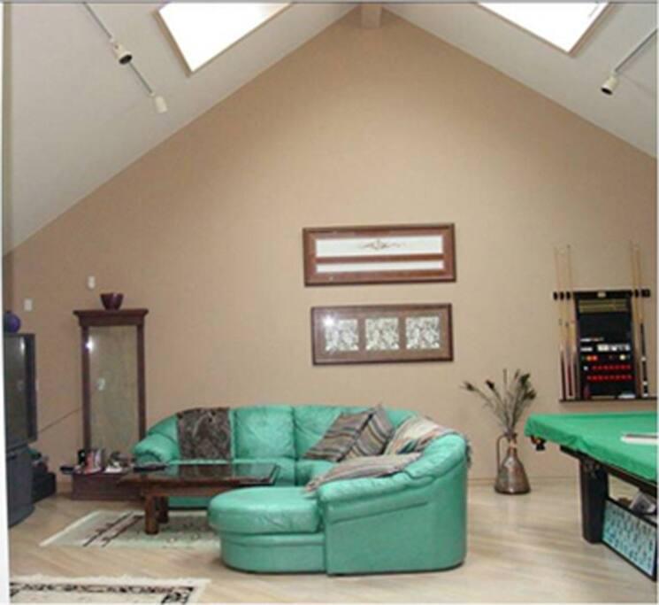 Lounge with Large Screen TV, Pool Table and Mini Fridge