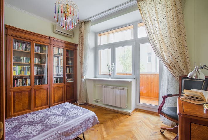 Cozy room with balcony view on Tsvetnoy Boulevard