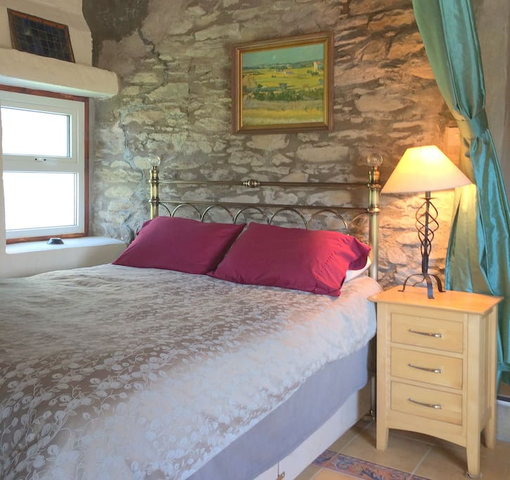 Very comfortable Queen master bed with beautiful Italian tiles and native stone wall. Luxurious bedding brought in from America.