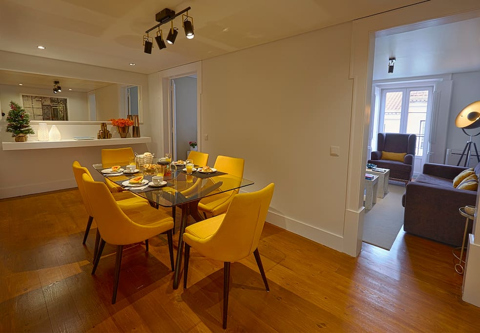 Living Room: with table for 6 persons, with beautifull yellow chairs.