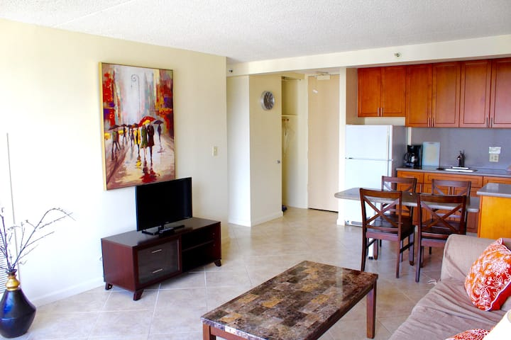 Waikiki Sunset condo/parking/wifi included!