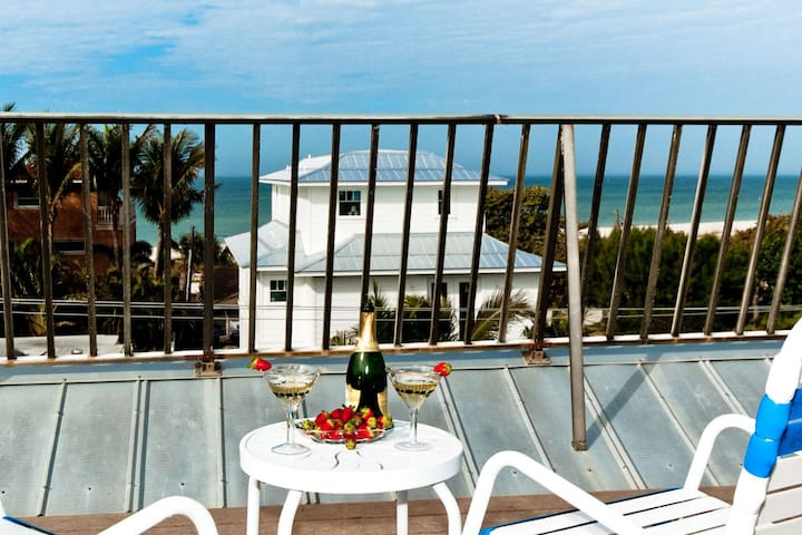 Steps to the private beach access , waterview from the porch and rooftop, private pool, WiFi/Cable