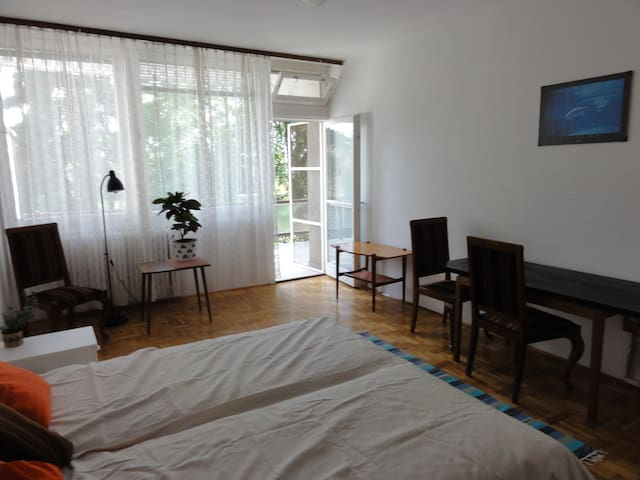 Whg mit Terasse ruhige Lage am Berg - Budapest - House