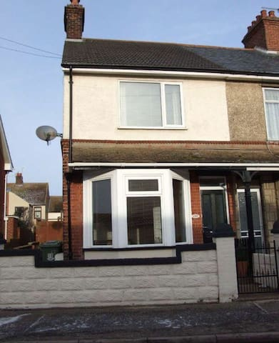 End terrace 3 bed house right by the beach. - Caister-on-Sea - Casa