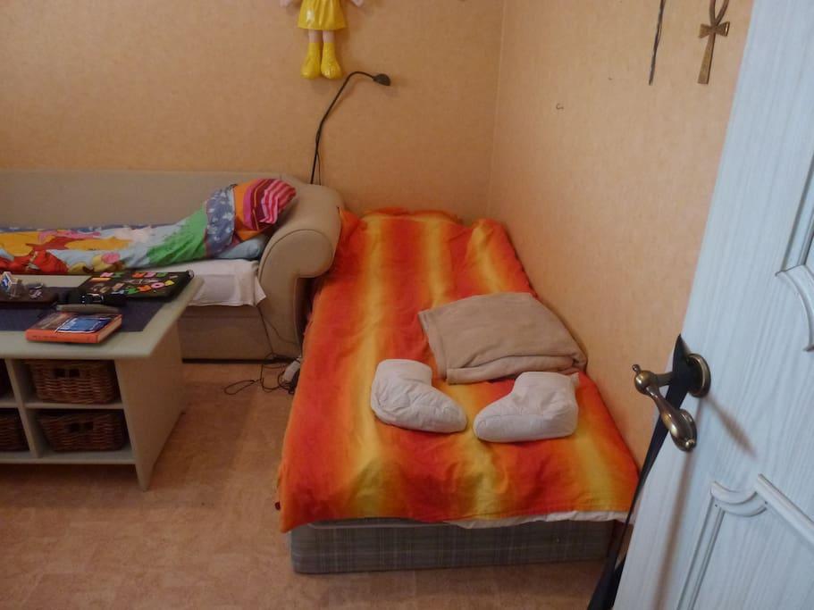 Sovrum 1 med enkelsäng samt soffa
