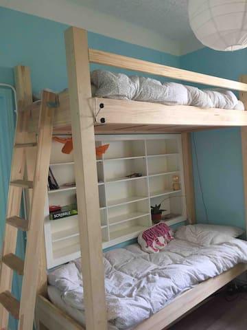 Bedroom#1 2 single beds. Futon sofa.